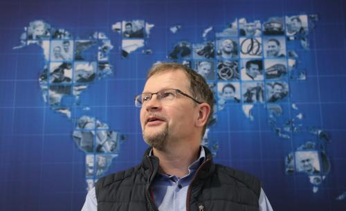 Mitarbeiter R. Müller vor Mubea Weltkarte